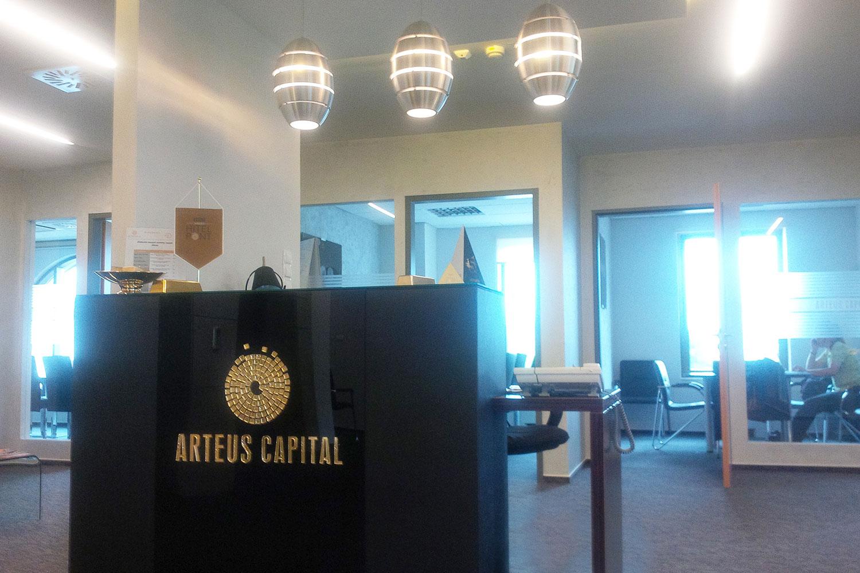 Arteus Capital beltéri cégtábla - beltéri dekoráció
